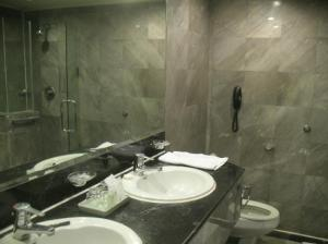 Royal President Hotel toilet and bathroom