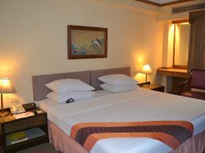 Silom City Hotel bed corner