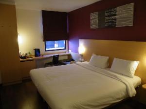 ibis-nana-hotel-bedroom-king-size