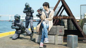 『仮面ライダービルド』戦兎の靴は左が赤で右が青!