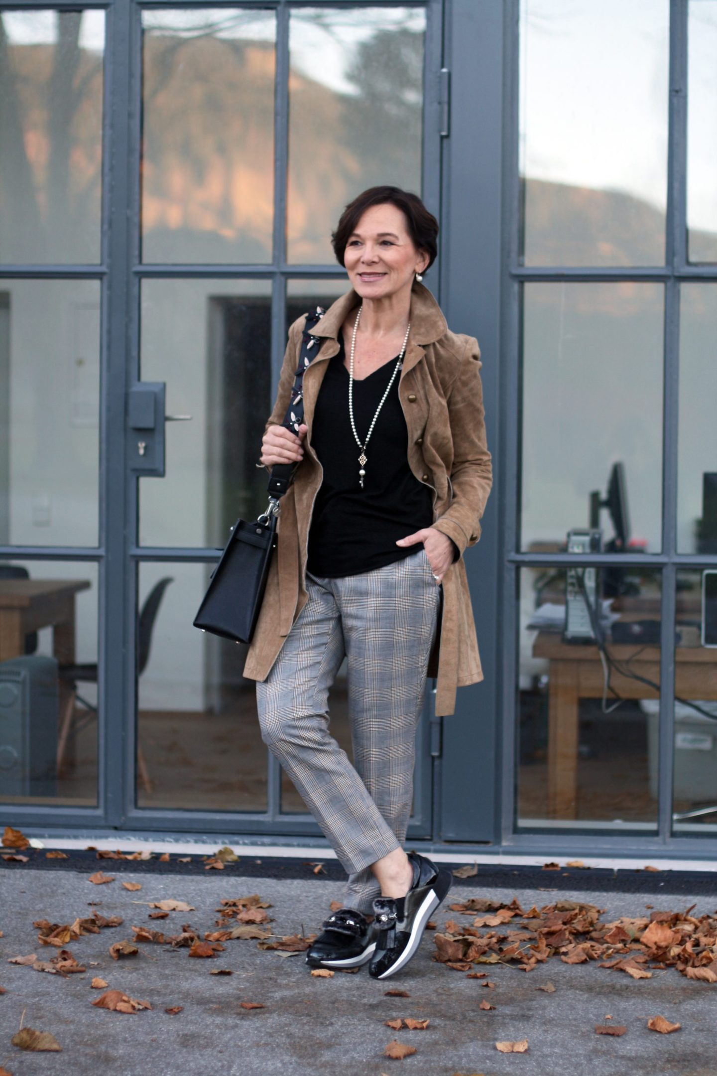 Lässiger, easy-chicc Look mit Glencheckhose, coolen Sneakers und Wildledermantel 50plus LadyofStyle