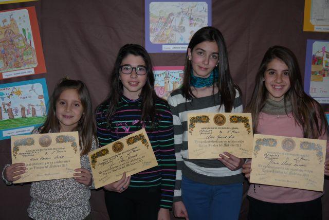 Alumnos de primaria y ESO recogen sus premios de dibujo.