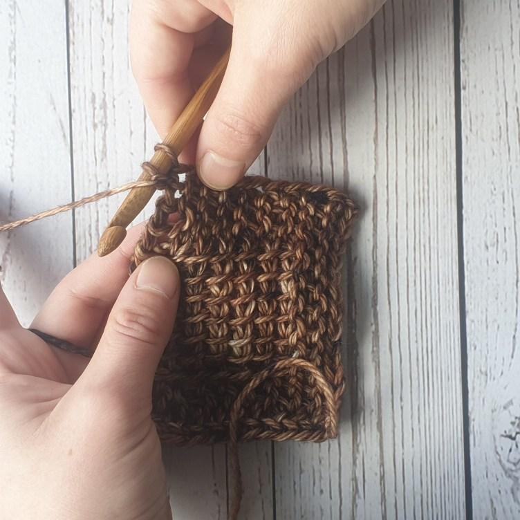 Passer le fil devant le crochet