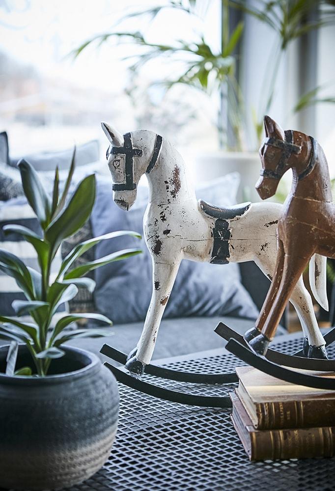statuette de cheval a bascule vintage blanc