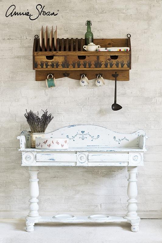 meuble relooké avec le pochoir Freya d'Annie Sloan