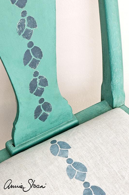 meuble relooké avec le pochoir bell flowers d'Annie Sloan