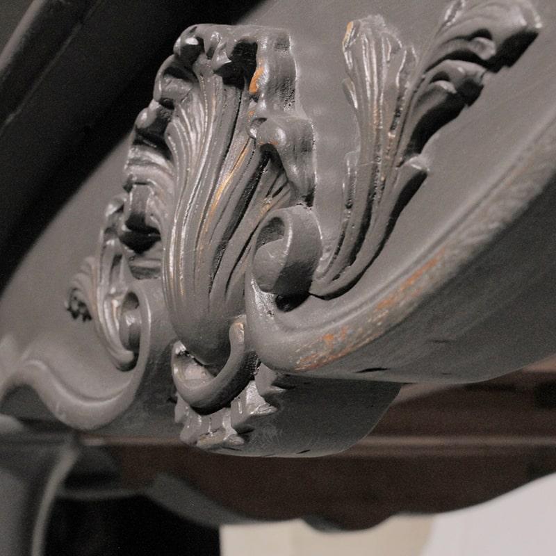 détail sculpté d'une table entièrement peinte et patinée à la main par La Fée Caséine