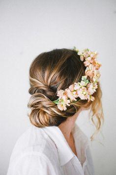 Coiffure mariage couronnes de fleurs chignon flou l La Fiancee du Panda blog mariage