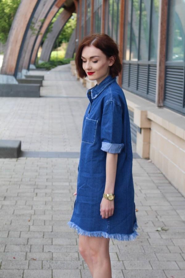 porter la  robe en jean avec des accessoires