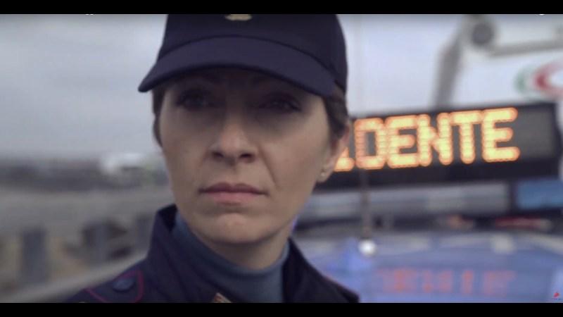 La Polizia di Stato celebra il suo 167esimo anniversario con un video incentrato solo su un agente donna.