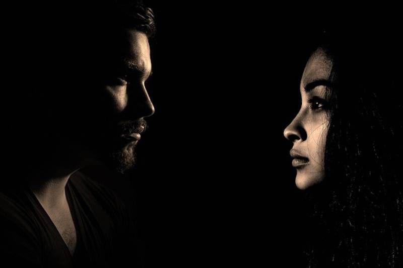 uomo e donna al buio