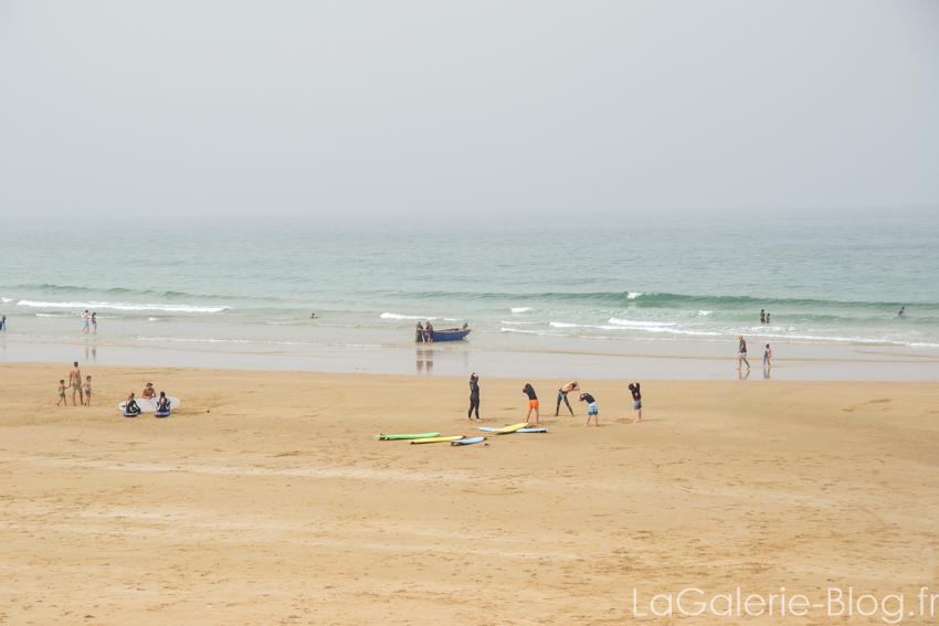 eleves s'etirant avant un cours de surf