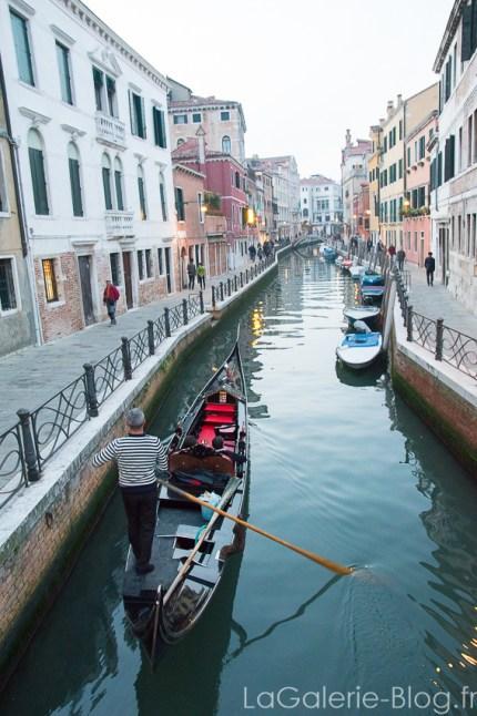 gondole dans un canal a venise
