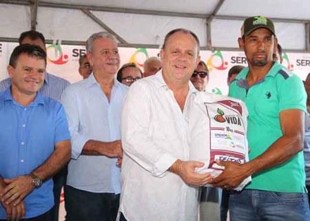 O pequeno produtor do povoado Lagoa Seca, em Simão Dias, José Carlos Silva elogiou a qualidade da semente distribuída pelo Estado / Foto: Jorge Henrique/ASN