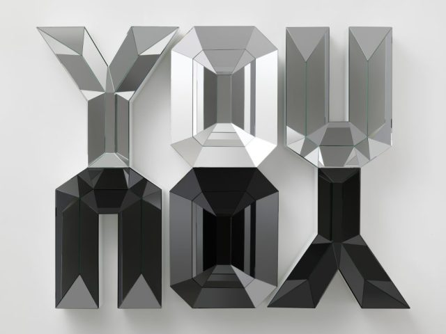 Doug Aitken, YOU/YOU, 2012, Mousse haute densité, bois, miroir et verre, 137 x 203 cm, Courtesy : Galerie Eva Presenhuber, Zurich. Collection privée, Suisse, Photo © Galerie Eva Presenhuber, Zurich