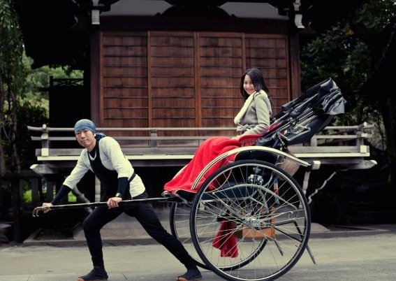 RISCIÒ UMANO (GIAPPONE) – In giapponese si dice jinrikisha, rikisha o jinriki. In italiano, risciò. Si tratta di una carrozza leggera per passeggeri a due ruote, tirata da una persona, lo shafu. Usato come mezzo di trasporto dalla seconda metà dell'Ottocento, oggi è molto apprezzato dai turisti, con lo shafu che si è trasformato in una vera guida turistica, abile nel descrivere i monumenti mentre porta in giro i passeggeri.