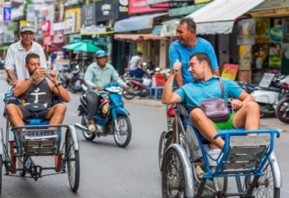 CYCLO (VIETNAM) – Un taxi a tre ruote, con l'autista che pedala dietro e i passeggeri seduti davanti. Il cyclo è uno dei mezzi di trasporto più originali e famosi del Vietnam. Diffuso nel periodo coloniale, è utilizzato dai locali per evitare il traffico. Spesso, infatti, permette di arrivare a destinazione prima di un taxi tradizionale.
