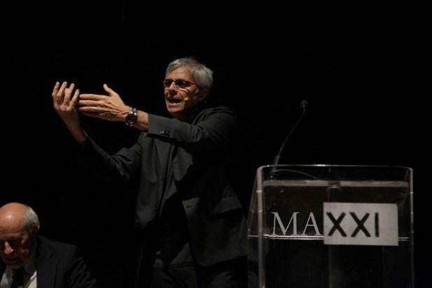 Stefano Mainetti durante una conferenza stampa al MAXXI. Foto dal Web.