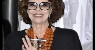 Giovanna Ralli con il Premio Fontana Liri per Marcello Mastroianni. Foto di Marco Bonanni
