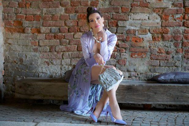 Ritratto figura intera della ballerina, modella e impreditrice dello spettacolo Tatiana Tassara. Foto di Giustino Fani