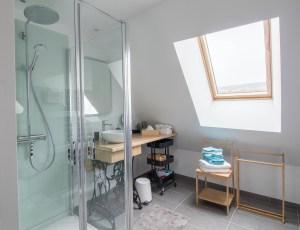 Présentation intérieure de la salle de bain du gîte la grange des puys à la location à Beaune le Chaud