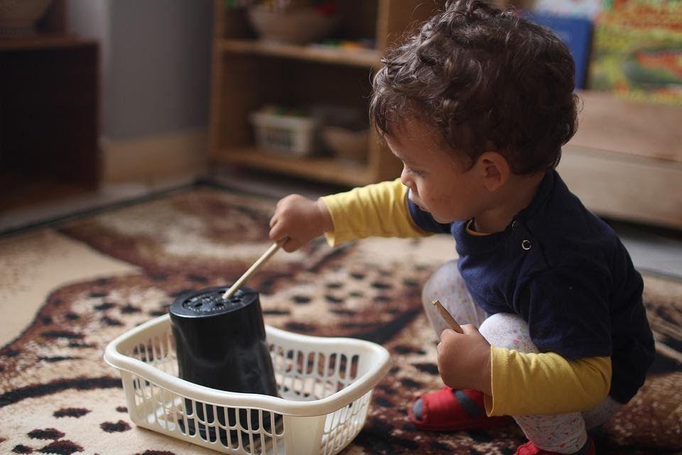 Niño jugando con una maceta por primera vez