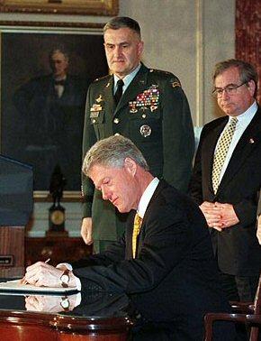 El presidente William Clinton suscribe la ley Helms Burton