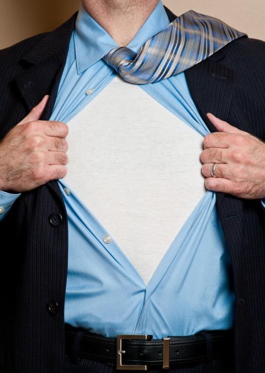 playera blanca debajo del traje si sudas
