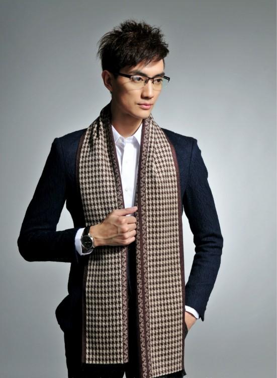 Hombre con bufanda larga y traje
