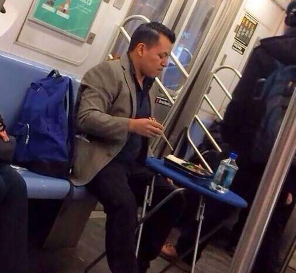 gente extraña metro comiendo