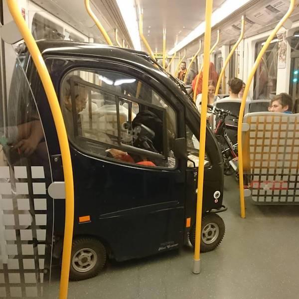 gente extraña metro auto