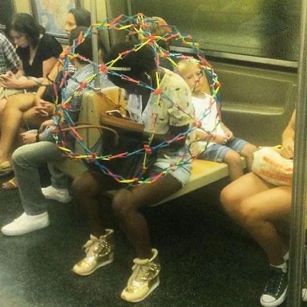 gente extraña metro esfera