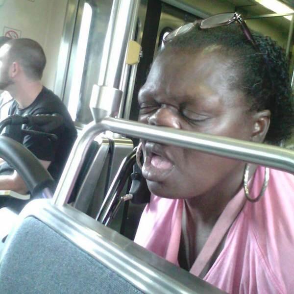 gente extraña metro dormida