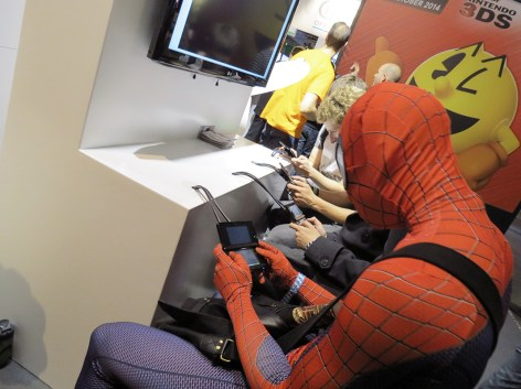 Spiderman jugando con la 3DS