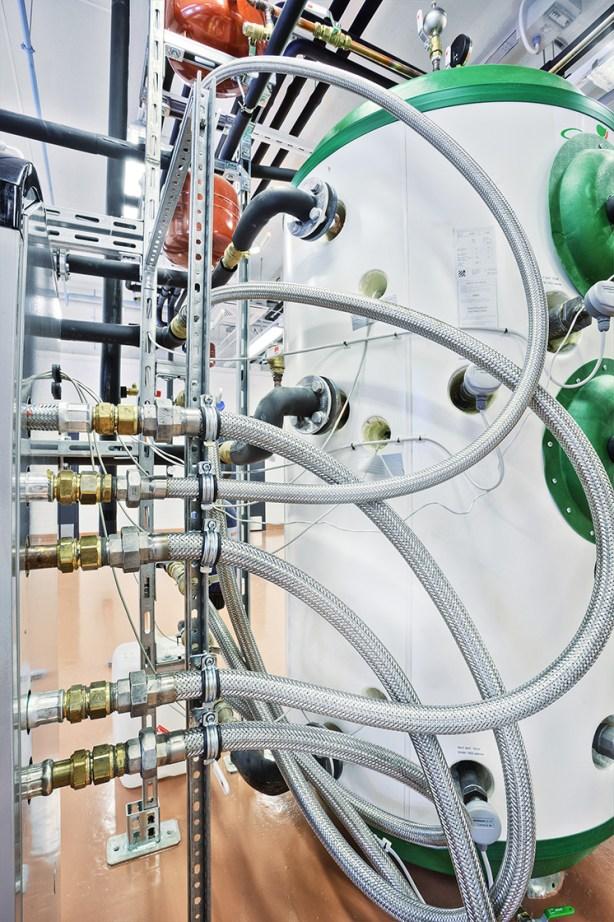 Energonin laboratorioissa menee putkia, letkuja ja johtoja ristiin rastiin, mutta tarkasti suunniteltuna.