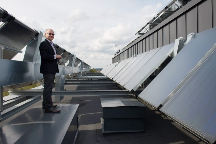 Markku Metsävuori esittelee huolella toteutettuja keräinrivistöjä Onnelanpolun katolla.