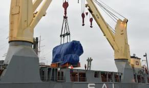 Wärtsilän laivamoottoria nostetaan laivasta