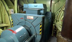 Akseligeneraattori. Laivan potkuriakseli kulkee generaattorin läpi