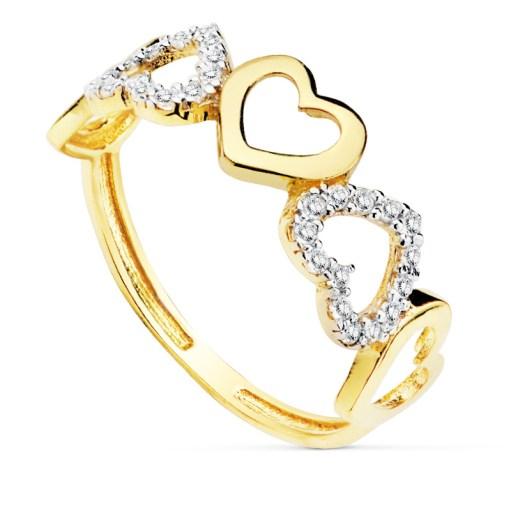 Anillo oro corazones 18 Kte SO1/19473. Combina monturas en oro blanco cuajadas de circonita con corazones en oro amarillo acabado en brillo. Todos nuestros árticulos de joyería vienen debidamente contrastados por los más prestigiosos laboratorios de metales preciosos Españoles.