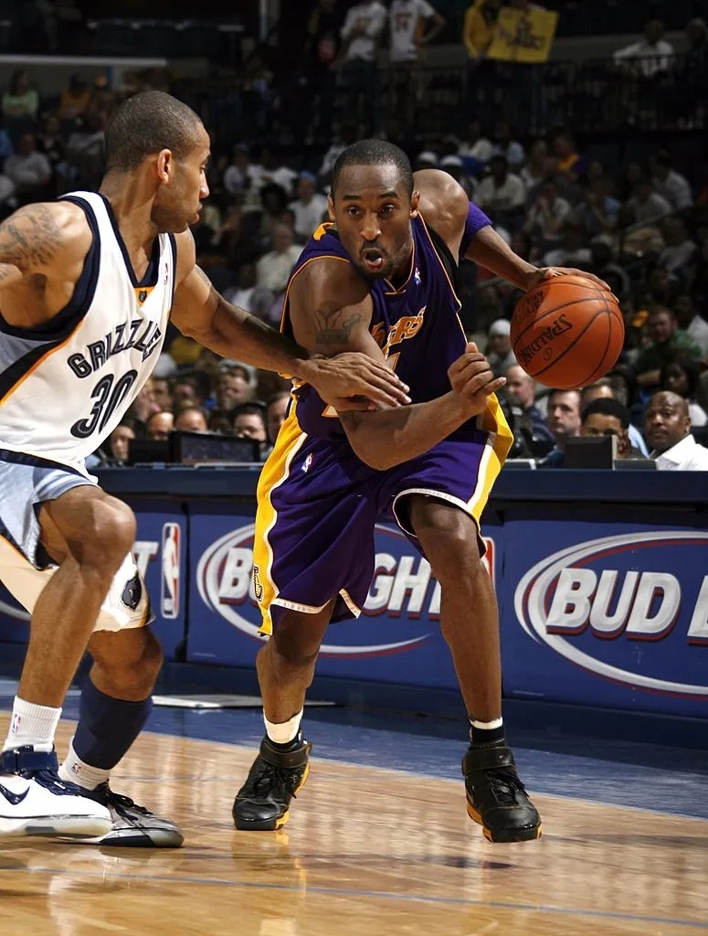 Kobe Bryant #24 of the Los Angeles Lakers drives around Dahntay Jones #30 of the Memphis Grizzlies on March 22, 2007 at FedExForum in Memphis, Tennessee.