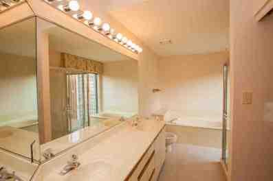 Master bath w/double sinks & large walk in closet