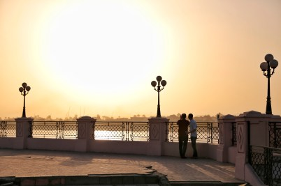 Twee jongens die naar de zonsondergang staan te staren bij de Nijl