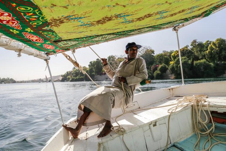 Mustafa op de felluca in de Nijl in Aswan, Egypte
