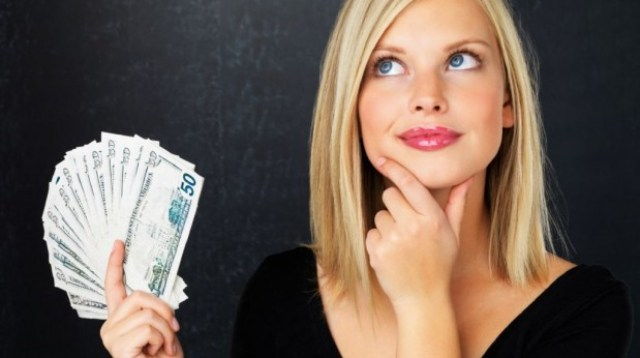 Mujer-sujetando-billetes-619x346