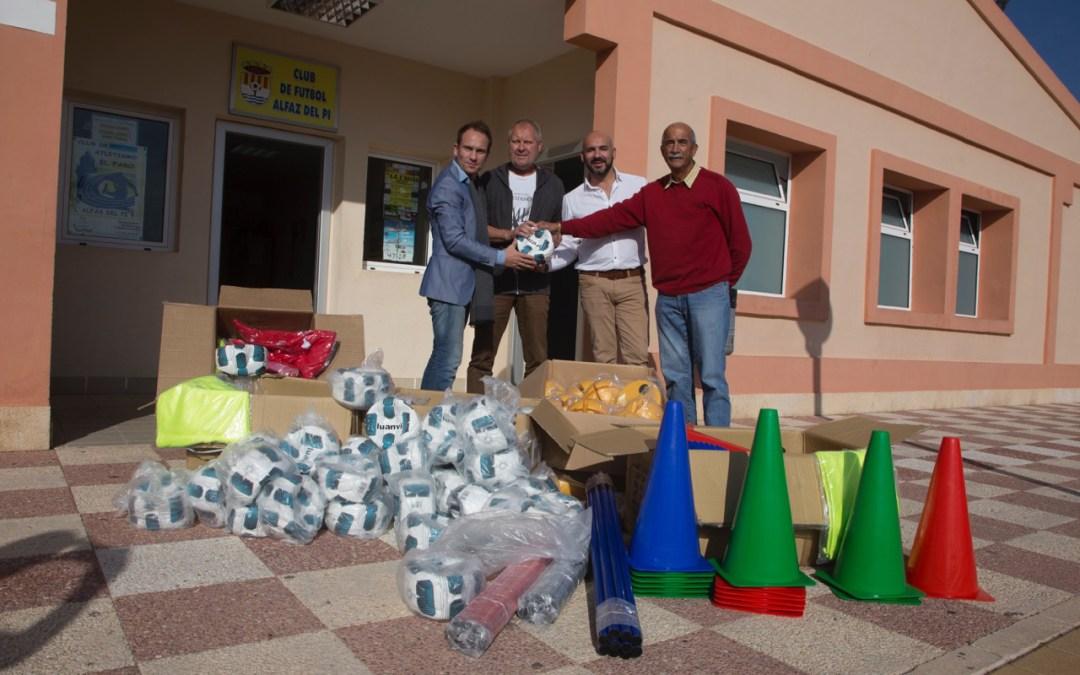 Los organizadores del Marina Baixa Cup donan material deportivo al Club de Fútbol de l'Alfàs del Pi