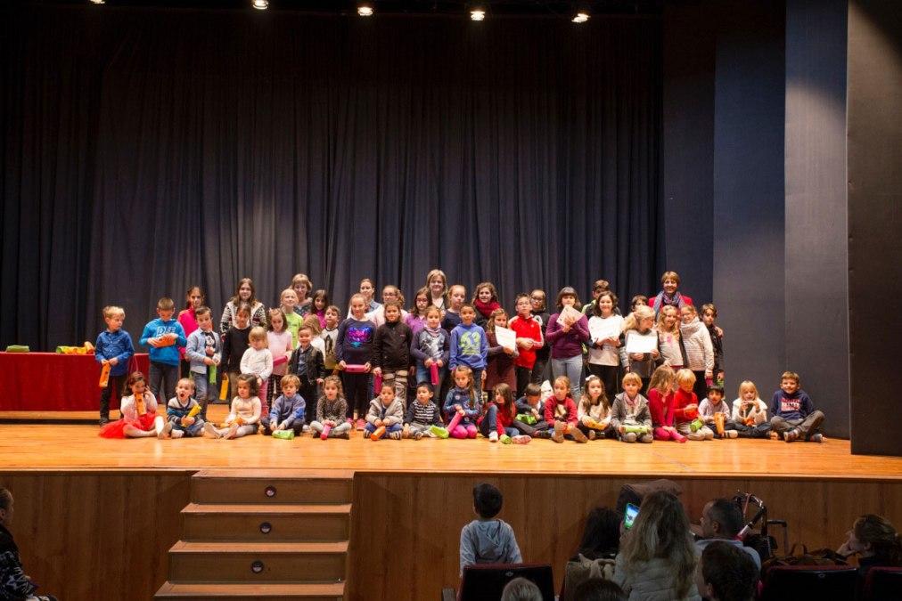 Sarah Peret y Rebeca Hamre ganan el concurso de tarjetas navideñas convocado por la concejalía de Educación