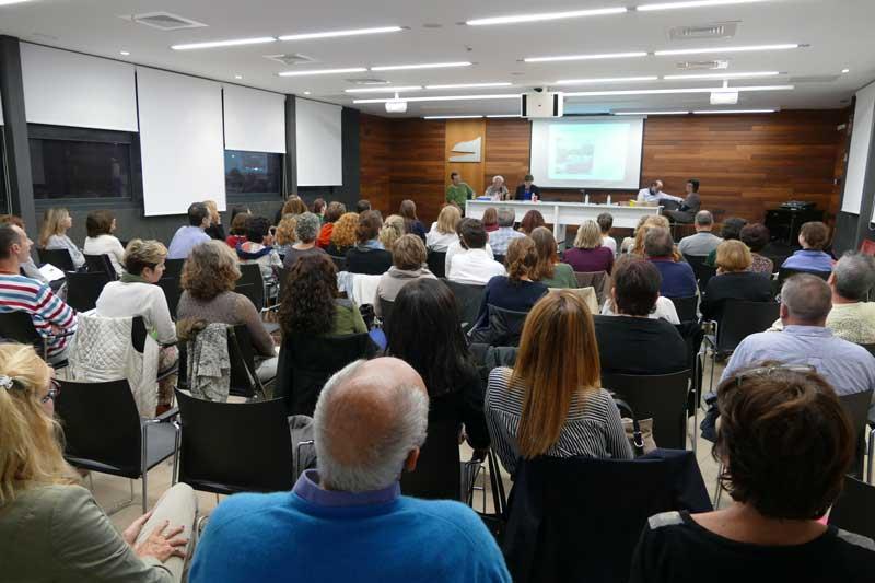 Un centenar de personas asisten a la sesión abierta del seminario de Johan Galtung sobre conflictos en el ámbito escolar