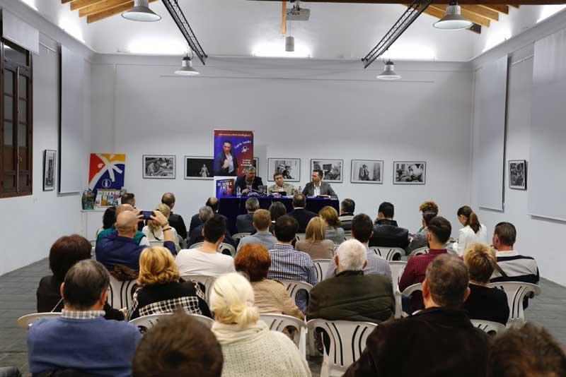 """Más de 50 personas asisten a la presentación del libro """"Del sueño a la meta"""" de Espíritu González"""