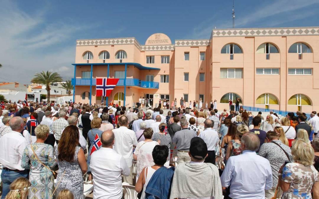 Las calles de l'Alfàs del Pi se llenan de color y fervor patriótico celebrando el Día de la Constitución noruega por 45ª vez