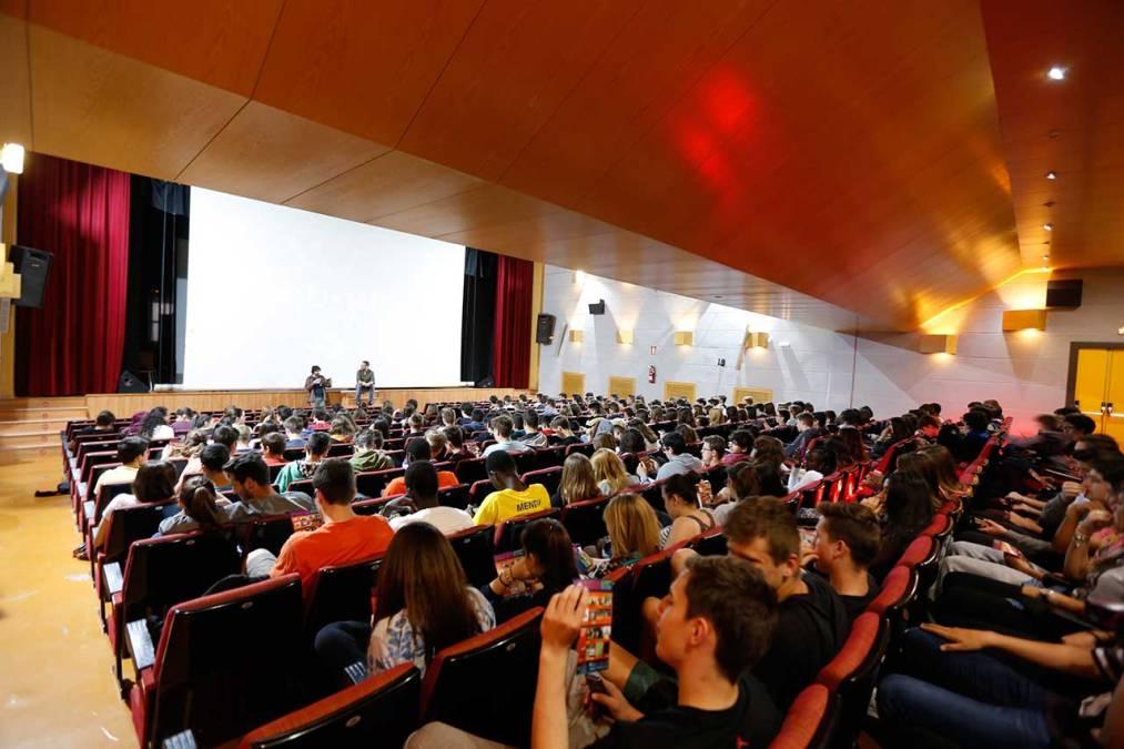 Los alumnos del IES l'Arabí, privilegiados protagonistas de un pase especial en la jornada inaugural de FIDEWÀ